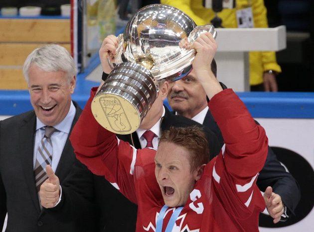 Kanaďan Corey Perry s trofejí pro šampióny.