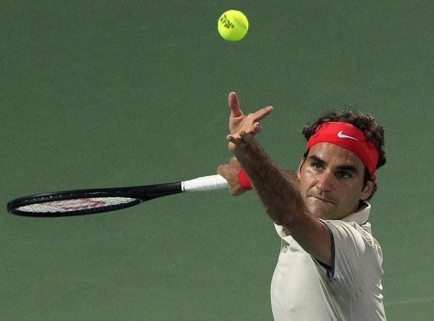 Švýcarský tenista Roger Federer servíruje v zápase s Radkem Štěpánkem.