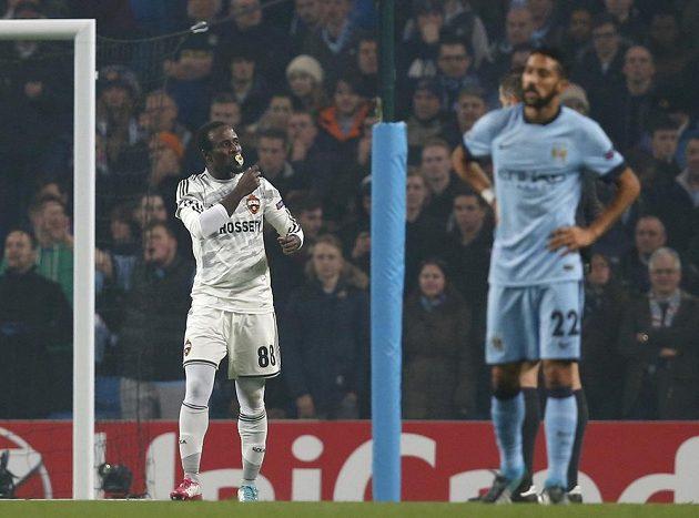 Seydou Doumbia z CSKA Moskva (vlevo) se raduje z branky, kterou vstřelil Manchesteru City.