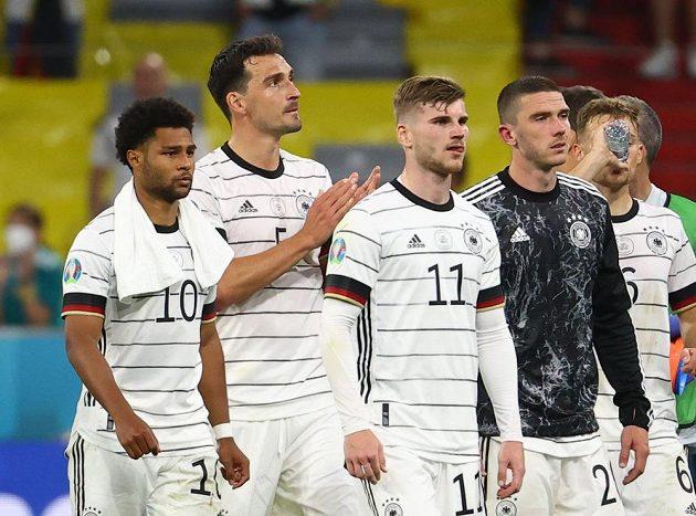 Němečtí fotbalisté byli po porážce s Francií na EURO 2021 hodně zklamaní. Na snímku jsou Serge Gnabry, Mats Hummels a Timo Werner.