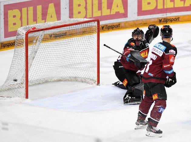 Brankář Sparty Matěj Machovský se otáčí za gólovou trefou libereckého Michala Birnera.