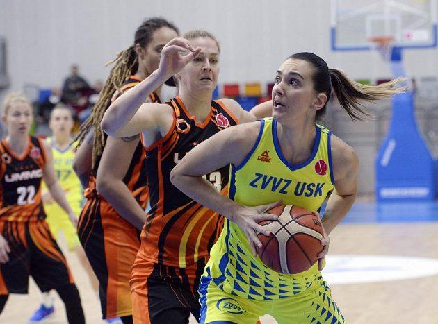 Basketbalistka Marija Rezanová z USK Praha se chystá odehrát míč v utkání Evropské ligy, brání jí v tom Emma Meessemanová z Jekatěrinburgu.