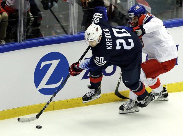 Radko Gudas (vpravo) se snaží ve čtvrtfinále proti USA zastavit Chrise Kreidera.