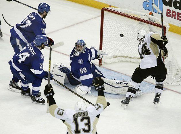 Kanadský útočník Chris Kunitz (14) z Pittsburghu střílí gól do sítě Tampy Bay.
