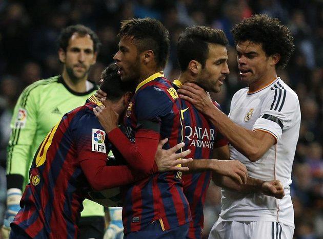 Messi (vlevo) s Neymarem (druhý zleva) z Barcelony se radují z branky. Pepé z Realu Madrid (vpravo) drží pod krkem záložník Barcelony Ceska Fábregase.