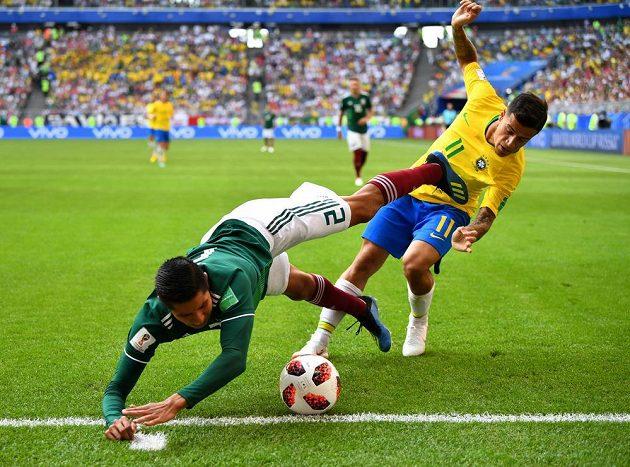 """Zbavit se protihráče za každou cenu. Obránce Mexika Hugo Ayala se snaží """"odkopnout"""" napadajícího Philippa Coutihna."""