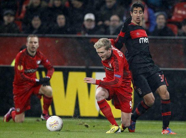 Andre Schürrle z Bayeru Leverkusen bojuje o míč s Andrém Almeidou z Benfiky. Vzadu vlevo přihlíží Michal Kadlec.
