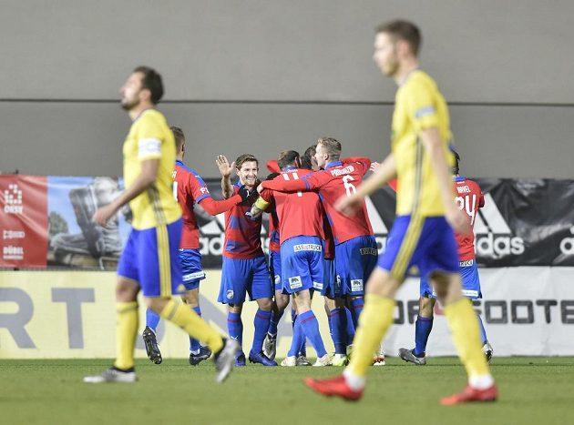Hráči Plzně se radují z gólu v Zlíně.