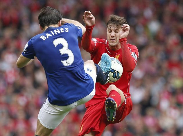 Záložník Liverpool Adam Lallana (vpravo) v souboji s obráncem Evertonu Leightonem Bainesem během sobotního utkání 6. kola Premier League.