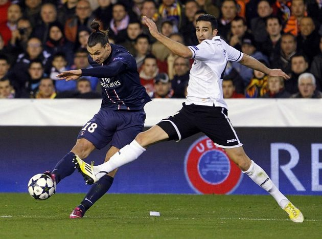 Zlatan Ibrahimovic z Paris Saint-Germain (vlevo) střílí přes obránce Valencie Adila Ramiho.