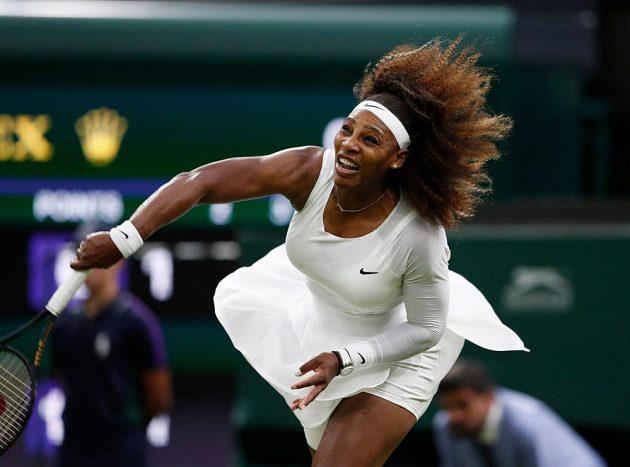 Američanka Serena Williamsová při utkánís s Aliaksandrou Sasnovičovou z Běloruska.