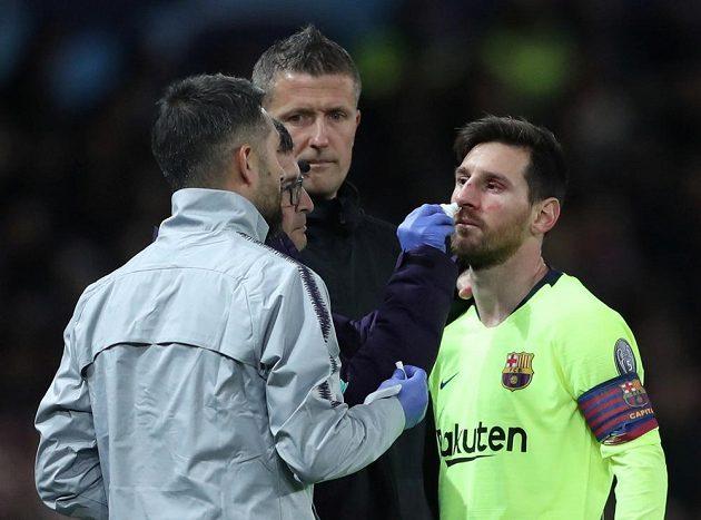 Ošetřovaný Lionel Messi z Barcelony po zákroku jednoho z hráčů Manchesteru.