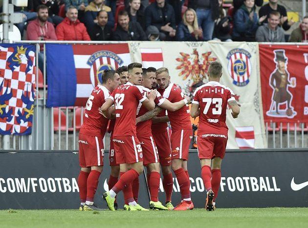 Hráči Brna se radují z gólu.
