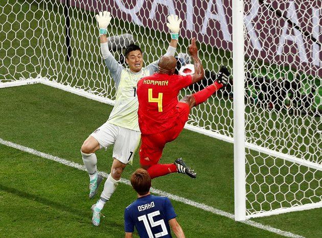 Stoper Belgie Vincent Kompany v krkolomné pozici nedokázal míč dostat do sítě.