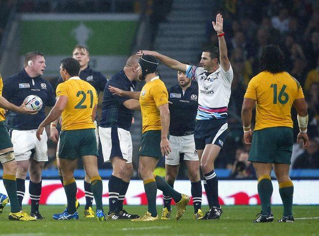 Rozhodčí Craig Joubert (v bílém) nařizuje v závěru čtvrtfinále trestný kop pro Austrálii.