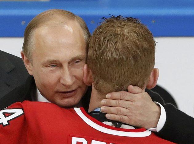 Ruský prezident Vladimir Putin a Kanaďan Corey Perry.