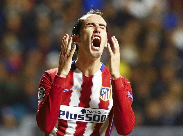 Diego Godín z Atlétika Madrid po promarněné šanci proti Astaně v utkání Ligy mistrů.
