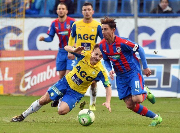 Teplický Alois Hyčka padá v souboji s Milanem Petrželou z Plzně v utkání fotbalové HET ligy.