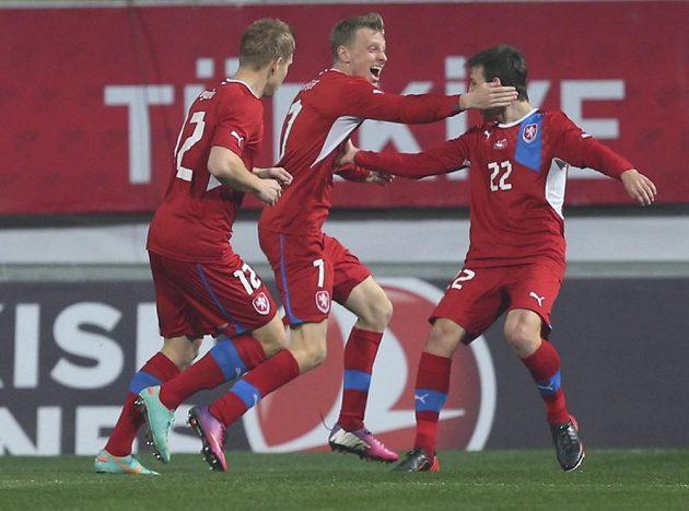Autor prvního českého gólu Ladislav Krejčí (uprostřed) přijímá gratulace od Matěje Vydry (vlevo) a Vladimíra Daridy.