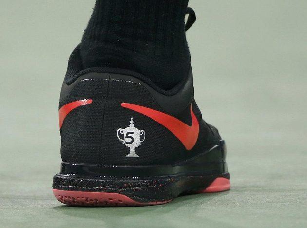 Číslo na obuvi Rogera Federera připomíná počet jeho titulů z US Open. Dočká se fenomenální Švýcar v New Yorku šestého triumfu?
