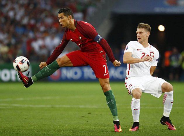 Portugalský kapitán Cristiano Ronaldo a někdejší vůdce Poláků Lukasz Piszczek.