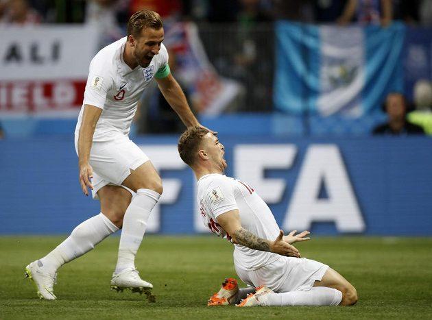 Anglický hrdina Kieran Trippier (vpravo) slaví poté, co dal gól Chorvatsku v semifinále MS. Gratulovat spěchá spoluhráč Harry Kane.