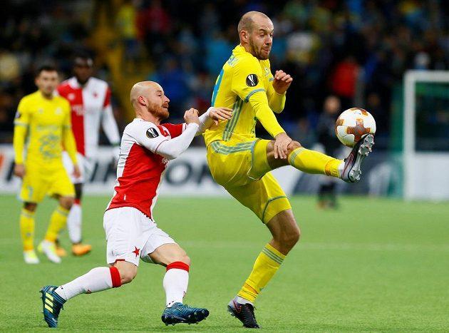 Slovenský fotbalista Slavie Miroslav Stoch atakuje Ivana Majevského z Astany v utkání Evropské ligy.