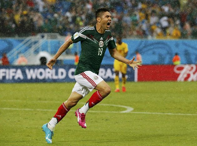 Mexický útočník Oribe Peralta se raduje ze vstřelení gólu proti Kamerunu.