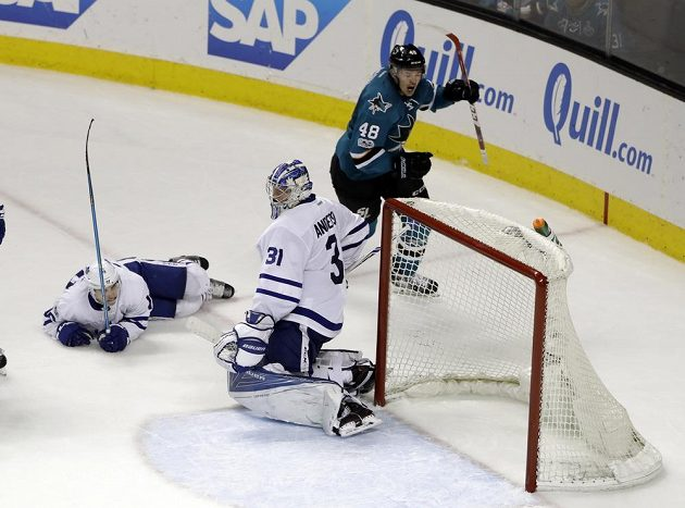 Útočník San Jose Sharks Tomáš Hertl střílí gól do sítě Toronta Maple Leafs v utkání NHL.