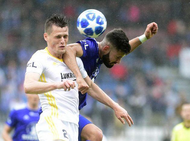 Ondřej Bačo ze Zlína a Jakub Yunis z Olomouce v ostrém souboji během odvety semifinále skupiny o Evropu v nejvyšší soutěži fotbalistů.