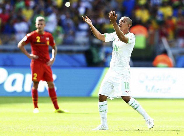 Sufján Fighúlí z Alžírska oslavuje svůj gól v utkání světového šampionátu proti Belgii.