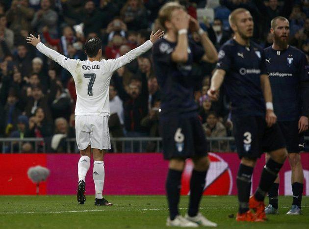 Cristiano Ronaldo oslavuje jeden ze svých gólů do sítě Malmö.
