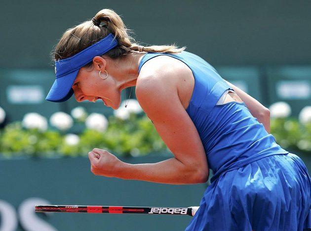 Vítězné gesto francouzské tenistky Alizé Cornetové po jedné z výměn s Chorvatkou Mirjanou Lučičovou-Baroniovou.