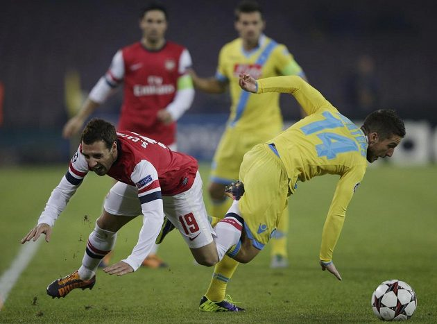 Santi Cazorla z Arsenalu v souboji o míč s hráčem Neapole Driesem Mertensem.