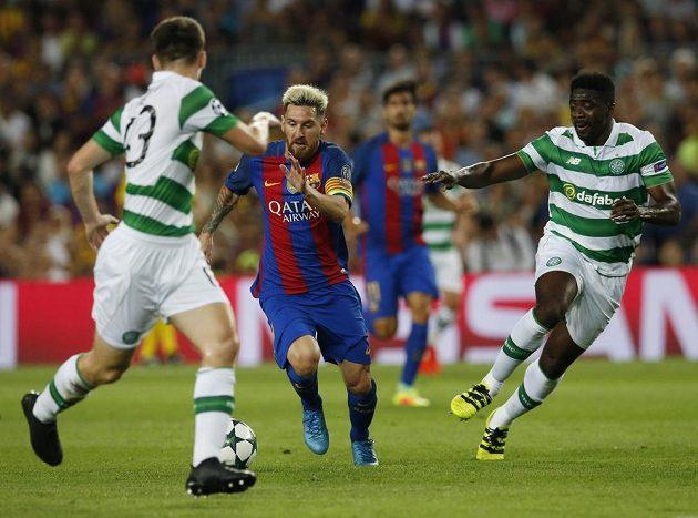Lionel Messi se probíjí mezi obranou Celticu.