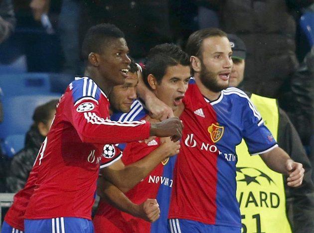 Hráč Basileje Derlis Gonzalez slaví se spoluhráči Mohamedem Elnenyou a Breelem Embolou (vlevo) gól v Lize mistrů proti Razgradu.