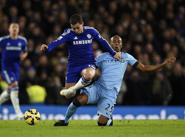Záložník Chelsea Eden Hazard uniká Fernandinhovi z Manchesteru City.