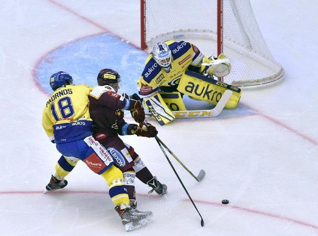 Zápas 5. kola hokejové extraligy mezi HC Dukla Jihlava a Aukro Berani Zlín. Zleva Martin Padrnos ze Zlína, Lukáš Anděl z Jihlavy a brankář Zlína Libor Kašík.