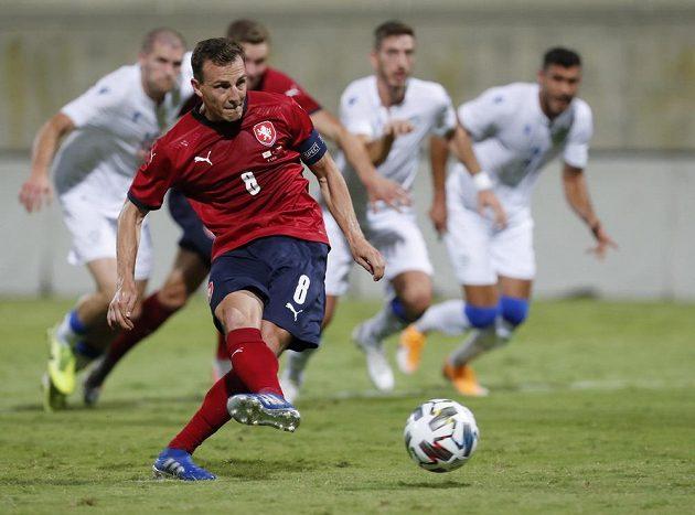 Vladimír Darida střílí z penalty vítězný gól českého týmu v přípravném utkání proti Kypru.