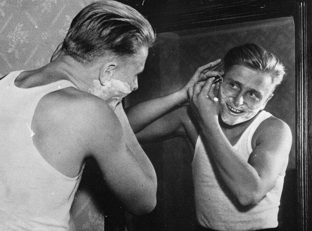 ...a momentka z roku 1936. Zdeněk Koubek při ranní hygieně.