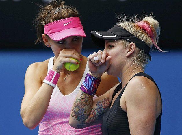 Česká tenistka Lucie Šafářová (vlevo) a Američanka Bethanie Matteková-Sandsová ve finále čtyřhry na Australian Open.