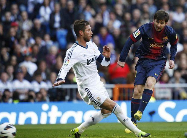 Lionel Messi (vpravo) střílí první gól Barcelony na hřišti Realu Madrid. Jeho pokus se marně snažil zblokovat Sergio Ramos.