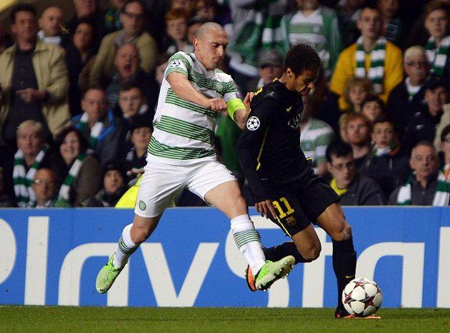 Scott Brown (vlevo) z Celtiku Glasgow uviděl po faulu na Neymara z Barcelony červenou kartu.
