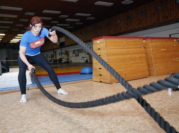 Adéla Hanzlíčková a její boj s provazy.