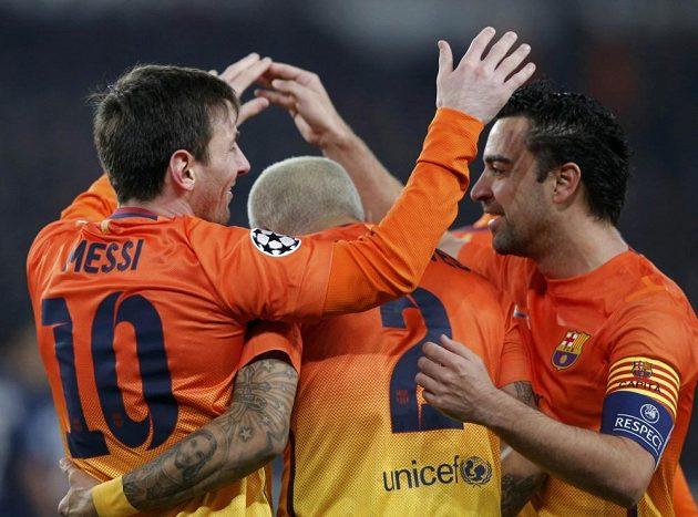 Radost fotbalistů Barcelony v podání Lionela Messiho (zleva), Daniela Alvese a Xaviho Hernándeze.