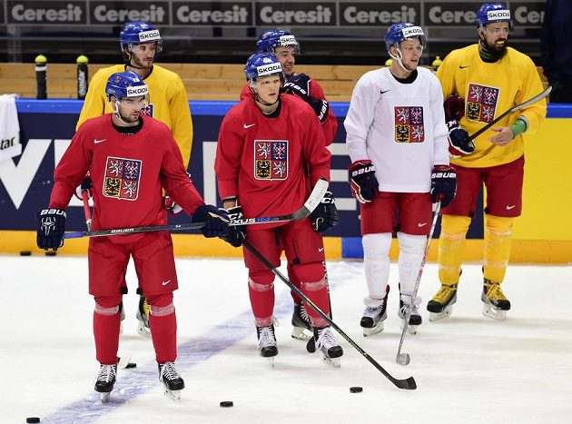 Zleva Michal Birner, Tomáš Filippi, Radim Šimek, Jan Kovář, David Pastrňák a Richard Jarůšek při rozbruslení před utkáním s Rusy.