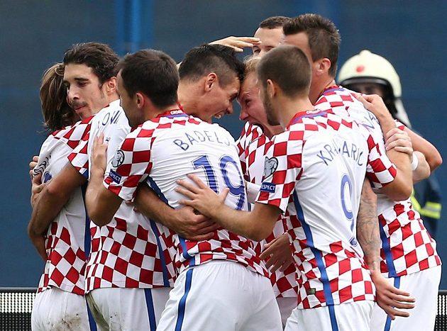 Fotbalisté Chorvatska se radují z jediného gólu v utkání s Kosovem.
