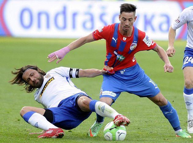 Brněnský záložník Pavel Zavadil (vlevo) bojuje o míč s plzeňským středopolařem Milanem Petrželou v úvodním duelu semifinále Poháru České pošty.