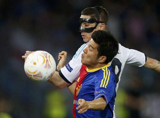 Basilejský Pak Ču-ho (vpředu) brání útočníka Chelsea Fernanda Torrese.