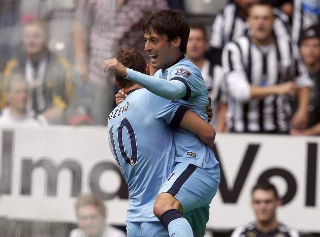 Hráči Manchesteru City Edin Džeko a David Silva slaví vedoucí gól španělského záložníka na hřišti Newcastlu.